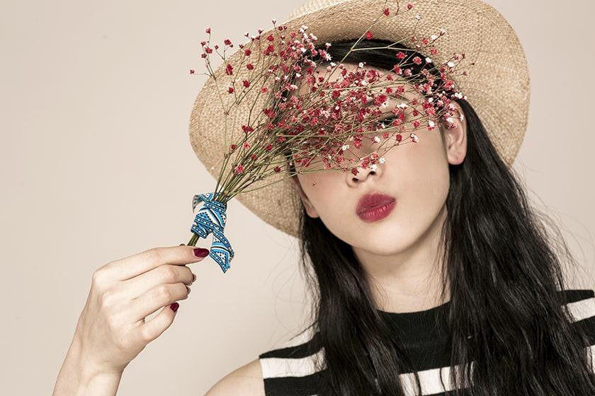 ドライフラワーを持つ三吉彩花