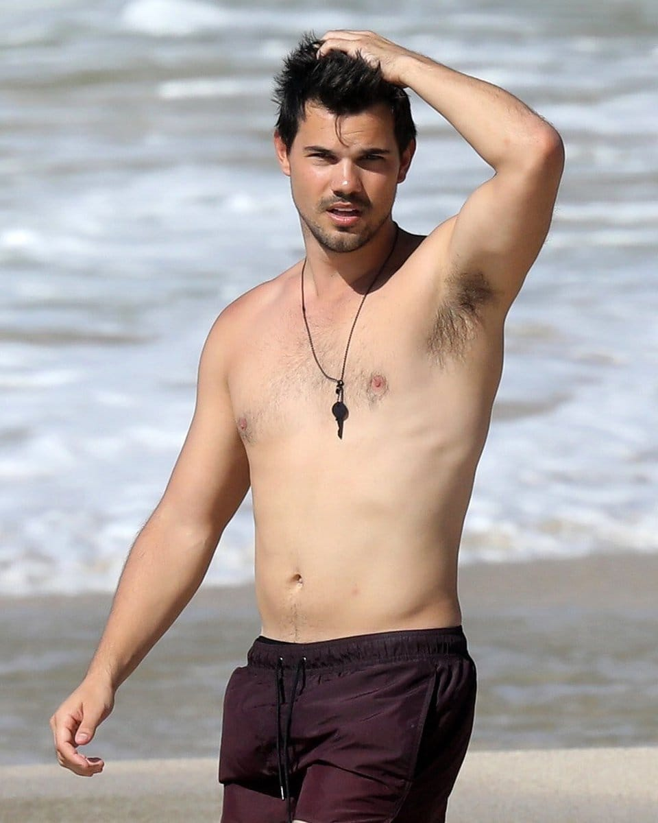 Taylor Lautner shows off his toned body on set in New York ... |Taylor Lautner Body 2013