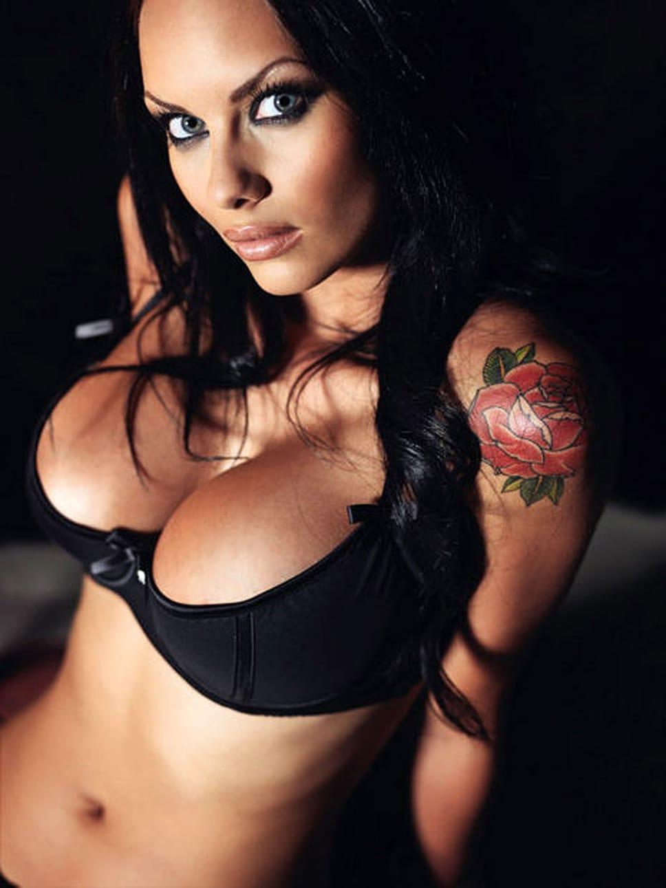 pornoaktrisa-s-tatuirovkoy-na-pleche