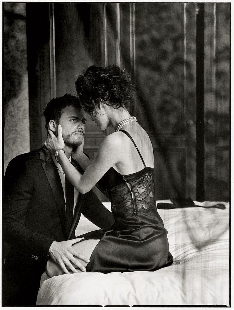 Поставил на колени мужа и жену 11 фотография