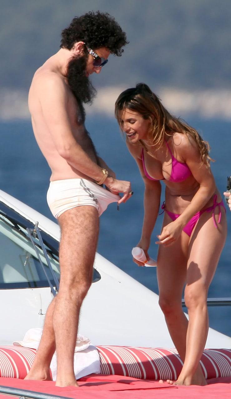 Фото девушка лезет рукой к мужчине в брюки 6 фотография