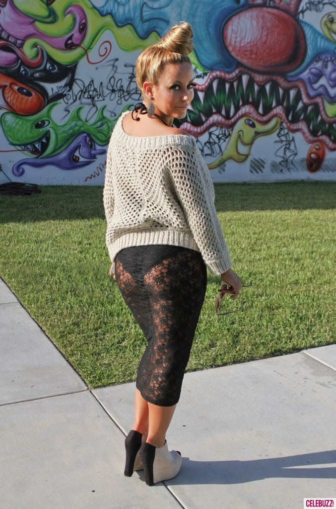 фото девушки в прозрачных брюках
