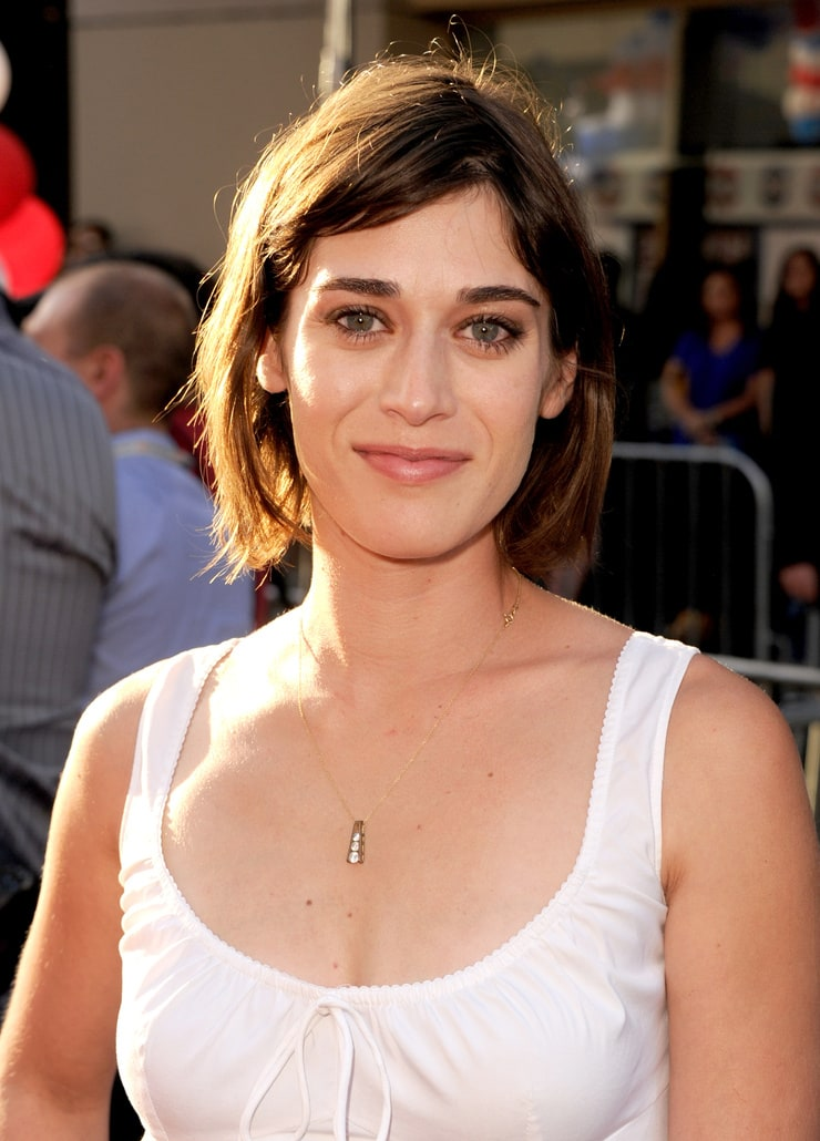 acclaimed actress lizzy caplan - 740×1030