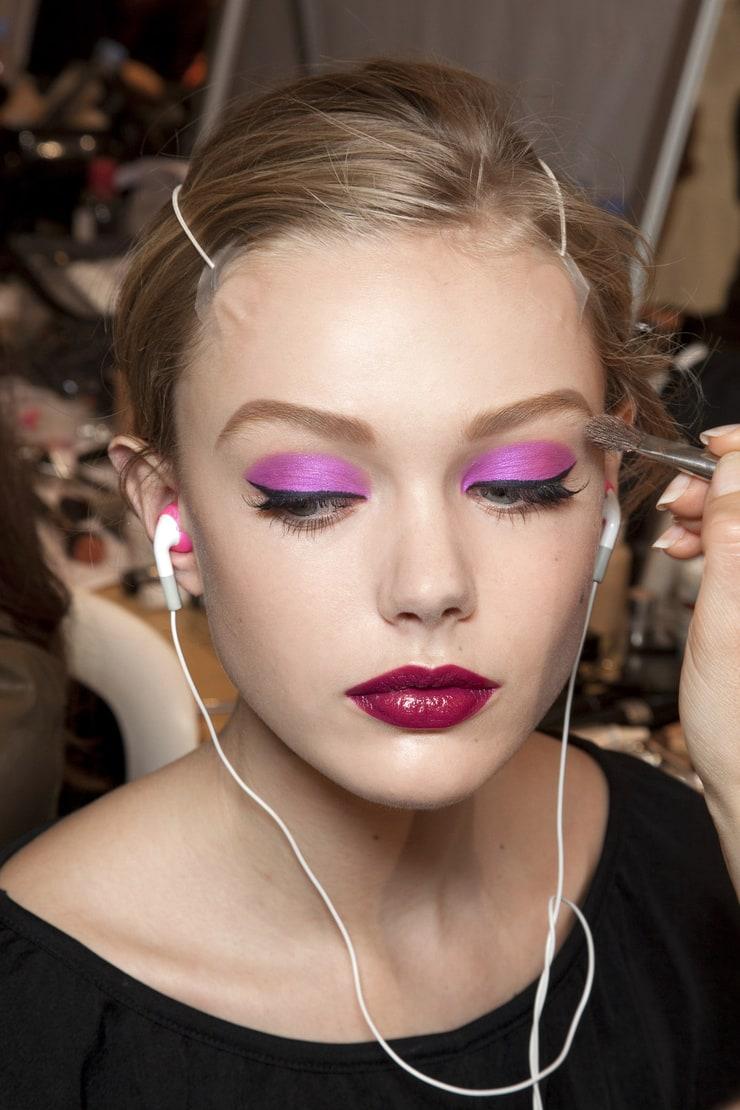 Макияж с фиолетовыми тенями и стрелкой