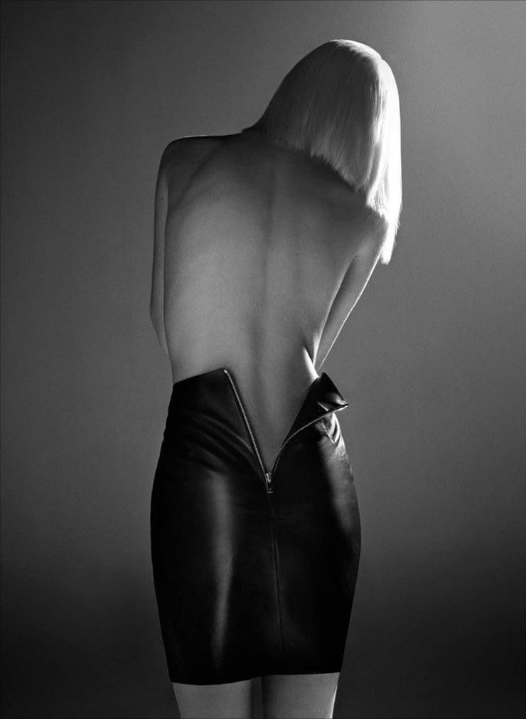 расстегивают юбку