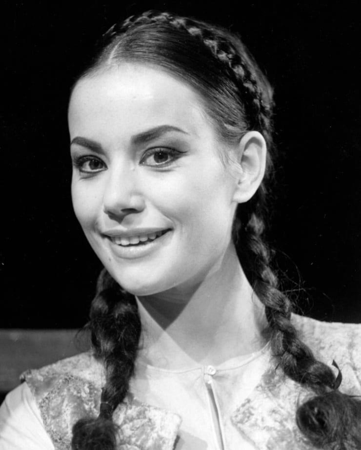 Jane Seymour | Jane seymour, Bond girls, Lady jane