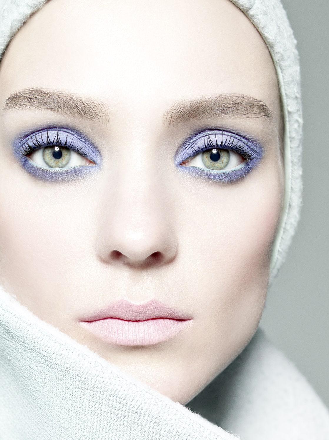 Темный макияж для светлых глаз и