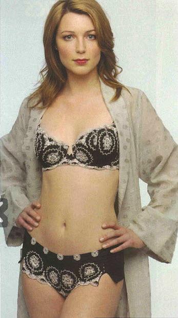 Die hübsche Rothaarige Scarlett Snow ist süchtig nach Gesichtsbehandlungen und Oralsex