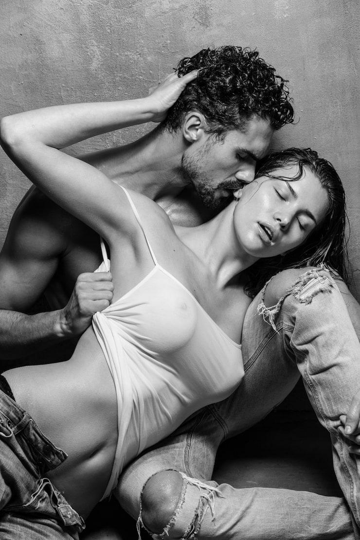 эротичные картинки парни с девушками утром безлюдном