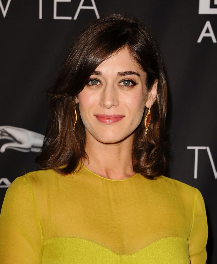 acclaimed actress lizzy caplan - 740×901