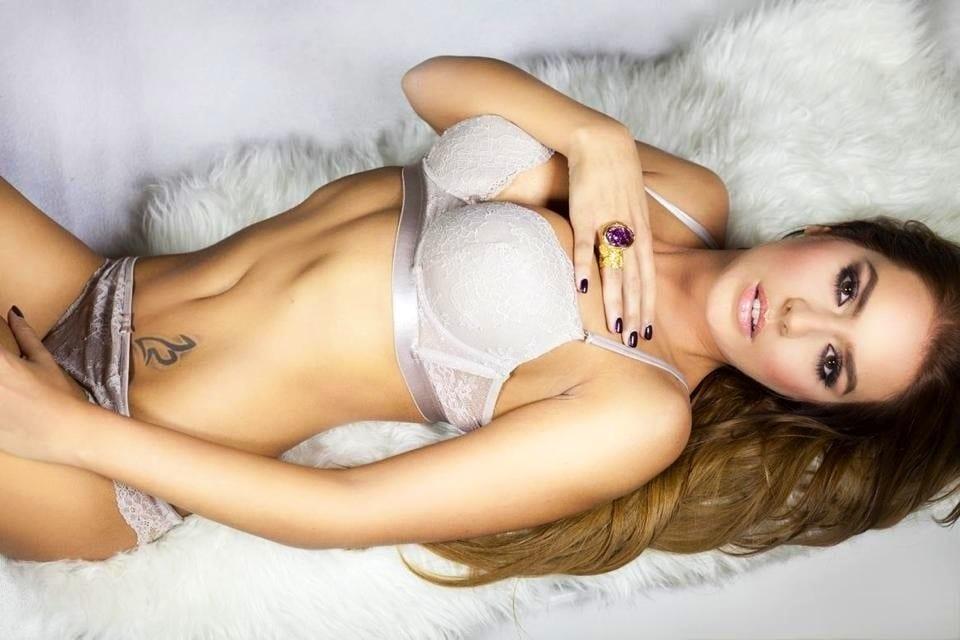 Nude hot tub blowjob
