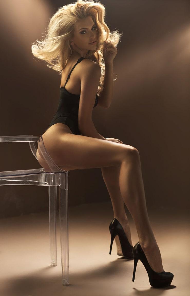 грудастая блондинка сидит на стуле голая - 12
