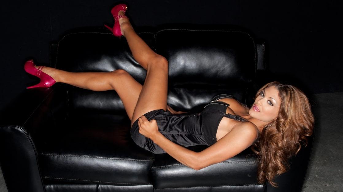 Фото красотка в каблуке с лилипутом